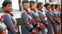 Cum să devii stewardesă şi pe ce salariu. Cât costă şcoala
