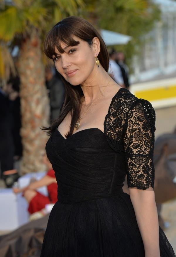 Monica Bellucci – În rochie de dantelă Dolce&Gabanna şi desculţă la Cannes. UITE cum arată actriţa italiană la aproape 50 de ani!