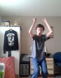 Cum danseaza tipul astaaaa =)))))))))))))) INTEPENESTI de ras!!!