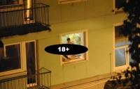 Imagini XXX! Ce faceau perversii astia doi pe geam i-a innebunit pe vecini! Uite cum arata o partida de sex pe pervaz la etajul 1