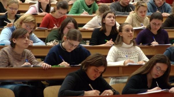 Admitere la facultate FĂRĂ BACALAUREAT. Încep inscrierile tinerilor fără diploma de BAC