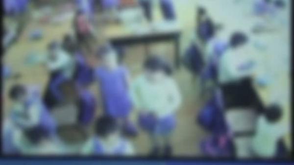 Ploiesti: O eleva îşi terorizează colegii în clasă. Părinţii îngroziţi au instalat camere de supraveghere