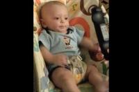VIDEO. Ce reacţie HAIOASĂ poate avea un BEBELUŞ la vederea unei telecomenzi!