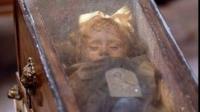 ŞOCANT! O fetiţă mumificată îngrozeşte lumea întreagă. În fiecare zi CLIPEŞTE. VIDEO ULUITOR