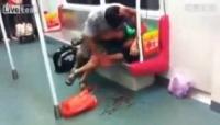 ATENŢIE, IMAGINI ŞOCANTE! A muşcat dintr-un om, în metrou, şi nimeni nu l-a oprit! VIDEO