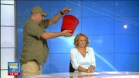 Moment istoric in direct la TV! Un coleg i-a turnat in cap Andreei Esca o galeata plina cu apa si gheata!