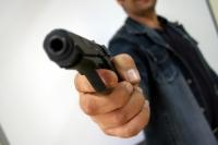 Nu și-a prelungit permisul port armă. Poliţiştii i-au confiscat pistolul şi i-au întocmit dosar penal