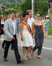 Mircea Rosca a ignorat-o pe actrita Maria Dinulescu. In schimb, s-a pozat cu fotbalistii din Balta Doamnei