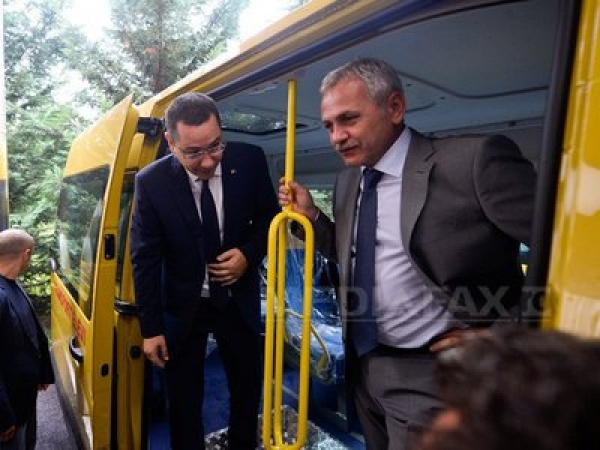 Microbuze scolare pentru comunele din Prahova, din partea Guvernului. Victor Ponta a oferit primarilor cheile autovehiculelor
