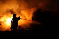 Incendiul de la Relaxa Mizil, stins după ore de intervenţie. Focul a facut prapad in fabrica