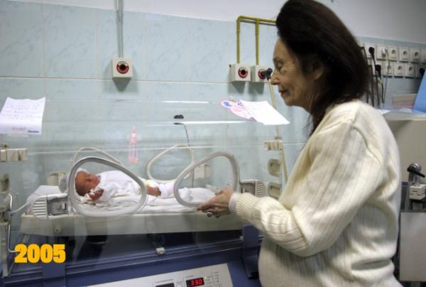 Cea mai batrana mama din lume are grija ca de ochii din cap de fetita ei! Uite cum a evoluat micuta Eliza in noua ani de viata!