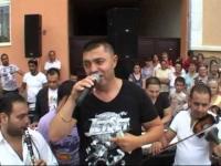 Imagini din Romania! Nicolae Guta a cantat la o nunta unde cainii aveau lanturi de aur la gat!!!!   DA, DA! Ai inteles bine, lanturi de aur la caini! Vezi aici imaginile