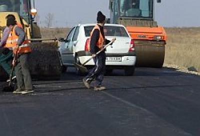Asfaltul turnat în septembrie pe DN 72 a dispărut, iar poliţia este pusă să dirijeze traficul