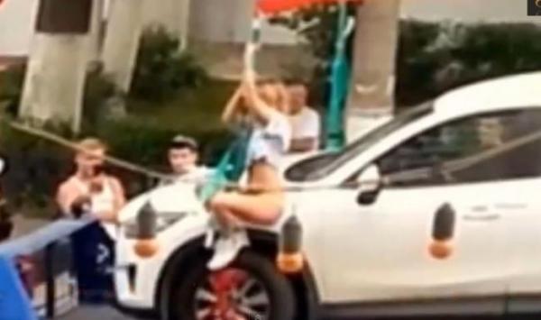 O blondă face STRIPTEASE în faţa poliţiştilor, pentru a-i convinge să nu-i ridice maşina (VIDEO)
