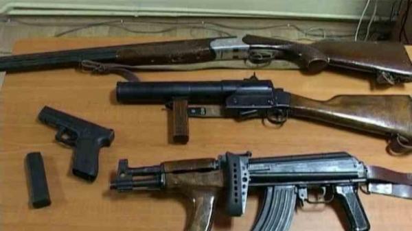 Ca-n Vestul Salbatic! Ce au descoperit politistii in casele unor prahoveni suspectati ca detin ilegal arme letale