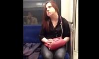 HALUCINANT! O tânără POSEDATĂ se transformă în timp ce merge cu metroul. Urmarea este INCREDIBILĂ! (VIDEO)