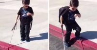 Acest băieţel, orb din naştere, coboară de pe trotuar. Ţineţi-vă respiraţia şi pregătiţi-vă pentru ce urmează: E CUTREMURĂTOR