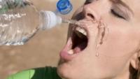 Apa din sticle de plastic băută pe caniculă este dăunătoare