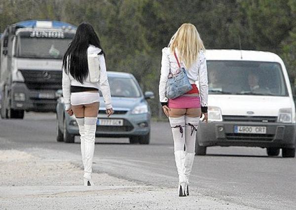 Patru prostituate, prinse in flagrant pe un drum din Prahova. Vezi ce le-au facut politistii