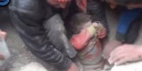 Dumnezeu S-A ARĂTAT! Un copil a fost salvat de sub dărâmături după 12 minute!!! CEL MAI EMOȚIONANT și RĂSCOLITOR VIDEO AL ANULUI!