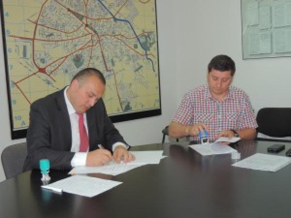 Iulian Badescu a semnat contractul de executie a lucrarilor la linia de tramvai, tronsonul Nord-BCR