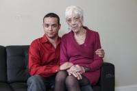 O babă chioară, ştirbă, urâtă şi stafidită de 91 de ani, iubita unui tânăr de 31. Intră să vezi ce tandru se sărută cei doi porumbei!