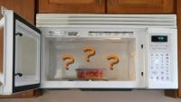 Încălzeşti mâncarea în recipiente de plastic la cuptorul cu microunde? Află la ce PERICOLE te expui