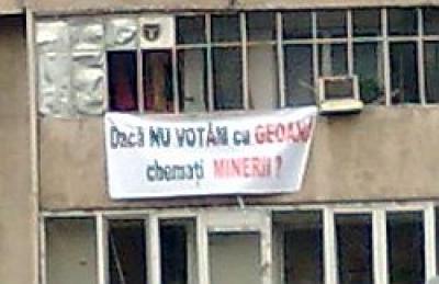Zeci de bannere pro-Basescu, la balcoanele blocurilor de pe Bulevardul Republicii