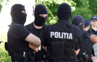 Un politist de la Serviciul pentru Actiuni Speciale, stropit cu acid sulfuric