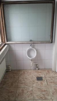 Un pisoar din Primaria Ploiesti a ajuns vedeta pe Facebook