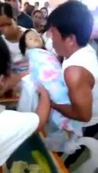 CAZ ULUITOR! Fetiţa de trei ani CARE a ÎNVIAT la propria SLUJBĂ FUNERARĂ, MOARTĂ DIN NOU | VIDEO