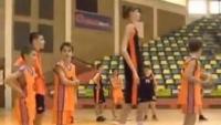 URIAŞUL român, noul Ghiţă Mureşan. Un baschetbalist de 14 ani are 2,26 m înălţime VIDEO