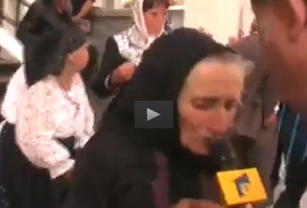 Bătrâna care pupă tot, inclusiv microfonul. Nimic nu i-a scăpat =))))))