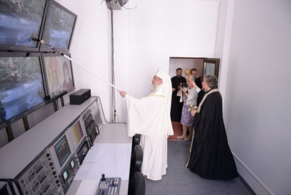 Patriarhul Daniel a sfintit o televiziune cu... TRAFALETUL! E ireal ce vezi aici!