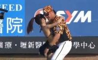 DOUĂ MILIOANE DE OAMENI au văzut asta! Cum încurajează o antrenoare de YOGA jucătorii unei echipe de baseball (VIDEO)
