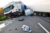 Accident GRAV pe DN1A, la Cheia. Un autoturism s-a izbit de un TIR. Trafic blocat