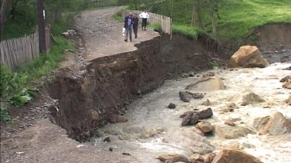 Prapad in Prahova: 18 localitati se confrunta cu alunecari de teren. Pe 10 drumuri abia se circula!