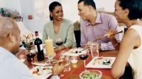 Bune maniere: 9 lucruri pe care să nu le spui la masă