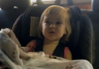 O fetiţă intră pentru prima dată într-o spălătorie auto! Cum reacționează micuţa când maşina este trasă în tunelul cu perii (VIDEO)