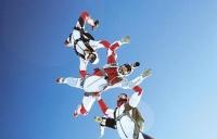 Iti plac sporturile extreme? Vezi cât costă un salt de la 4.000 de metri, pe aeroportul Clinceni