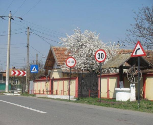 Cel mai SEMNALIZAT sat din România. La fiecare doi metri, alt indicator :)) care il contrazice pe cel anterior!!!