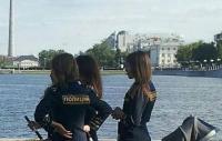 Am vrea şi noi poliţiste care să arate aşa! Uite ce sexy sunt rusoaicele astea!  Au fuste scurte cat o batista!
