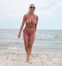 Elena Udrea, gospodină pe tocuri de 15cm! Uite cât de sexy poate fi, cu mâna în