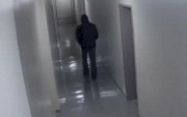 Milioane de oameni au văzut asta! Ce păţeşte un bărbat pe holul unui spital. Scena, filmată de camerele de supraveghere (VIDEO)