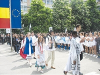 Studentii ploiesteni au defilat in robe si in costume traditionale