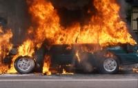 Doua masini au luat foc pe o strada din Ploiesti