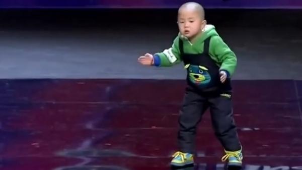 Un băieţel de trei ani CUCEREŞTE MAPAMONDUL. Vezi dansul care a NĂUCIT pe toată lumea la un concurs de talente