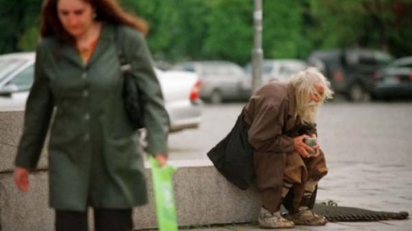 Fascinanta poveste a bătrânului care pare un CERŞETOR, dar este un ÎNGER printre oameni FOTO