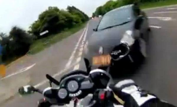 VIDEO ŞOCANT! Un motociclist şi-a filmat propria moarte. Tânărul, care rula cu 156 de km/oră, a fost SPULBERAT de o maşină
