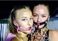 Prezentare de modă ŞOCANTĂ. Modele de 16 ani, cu căluș LA GURĂ şi cătuşe